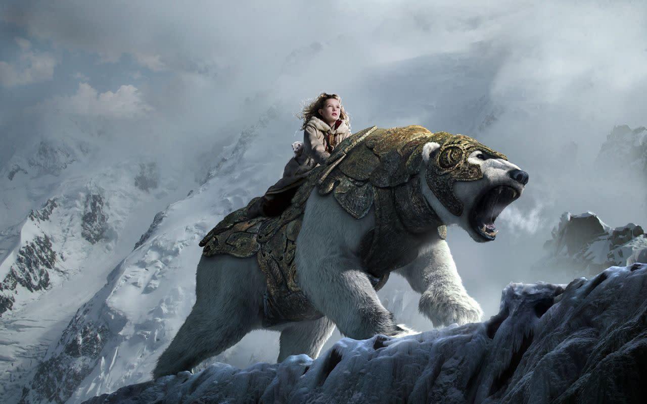 <p>《黃金羅盤》歐瑞克拜尼森:儘管未能帶動《黑暗元素》三部曲的電影熱潮,這部翻拍自菲力普普曼筆下「北極光」一書的2007年改編電影,仍然為書中這隻令人畏懼的盔甲熊賦予了全新生命,而幕後獻聲的伊恩麥克連自然也是功不可沒。(圖:Warner Bros) </p>