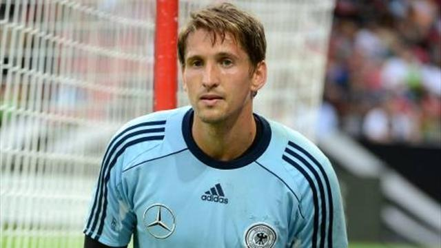 Bundesliga - Hamburg's Adler sidelined for a month
