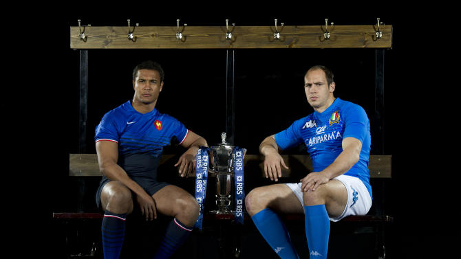 France captain Thierry Dusautoir (L) and Italy captain Sergio Parisse (R) pose for photographers flanking the trophy during the launch of the Six Nations Rugby Championship in London on January 25, 2012. AFP PHOTO / CARL COURT (Photo credit should read CARL COURT/AFP/Getty Images)