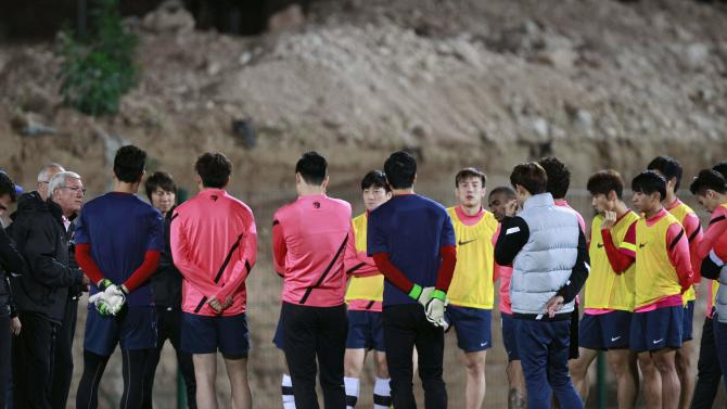 Marcello Lippi, coach of China's Guangzhou Evergrande, attends a training session with players in Agadir Stadium, Agadir