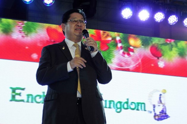 Enchanted Kingdom owner Mario Mamon acknowledges promotional tie-up with Ocean Park Hong Kong during the launch of Ocean Park's Christmas Sensation: Santa Festival at Marriott Hotel Manila in Pasay City on November 8. (NPPA Images/Angela Galia)