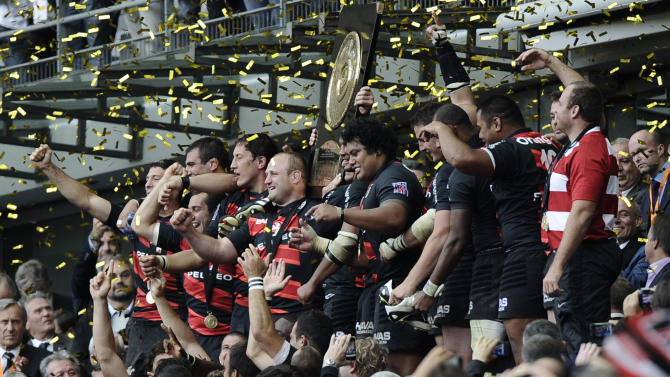 "Toulouse's players hold the ""Bouclier de"