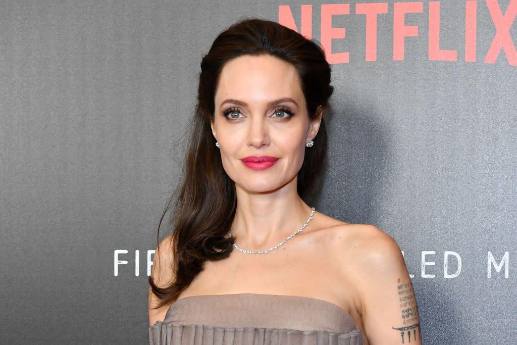 <p>08.安潔莉娜裘莉(Angelina Jolie):關於她和哈維韋恩斯坦之間究竟發生了什麼事,安潔莉娜裘莉選擇不要細談,只發出了一份簡短聲明。在寄給媒體的電子郵件中,她寫道:「在年輕時期,我曾經和哈維韋恩斯坦發生了一起不好的經驗。而作為其結果,我決定從此之後再也不要和他共事,也會警告其他和他一起共事的人。不管是在任何領域、任何國家,這種對待女性的態度都是無法接受的。」(圖/Getty) </p>