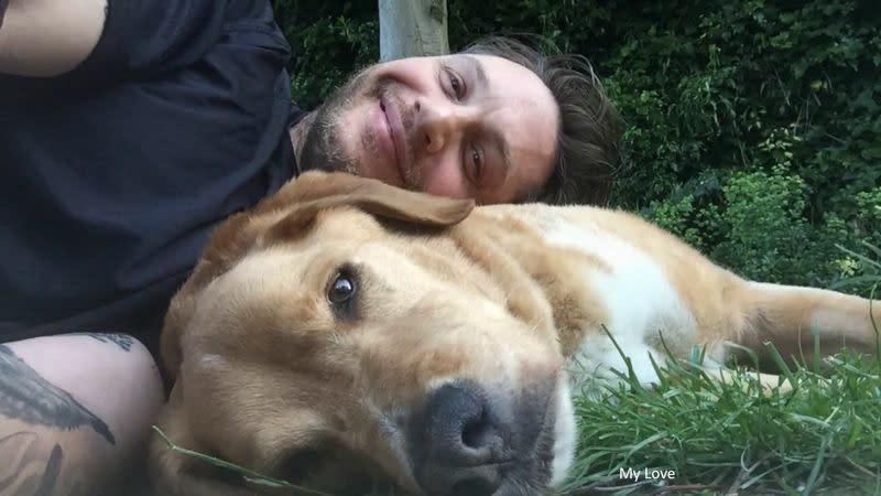 <p>四、湯姆哈迪(Tom Hardy):《猛毒》英國男星湯姆哈迪是個標準的愛狗狂,經常在社群網站上分享自己與狗兒的親密照,甚至在路上看到別人家的狗,也會蹲下來互動一番。而他的愛犬之一伍士塔克(Woodstock)是他在路邊撿回家的流浪狗,曾跟著湯姆哈迪出席了不少電影首映活動。不過伍士塔克已在2017年過世,湯姆哈迪也在IG上發佈了消息,並放上自己跟伍士塔克的合照,表示會永遠懷念牠。(圖:Yahoo US) </p>