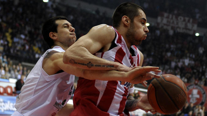 Siena's Nikos Zisis (L) Fights AFP/Getty Images