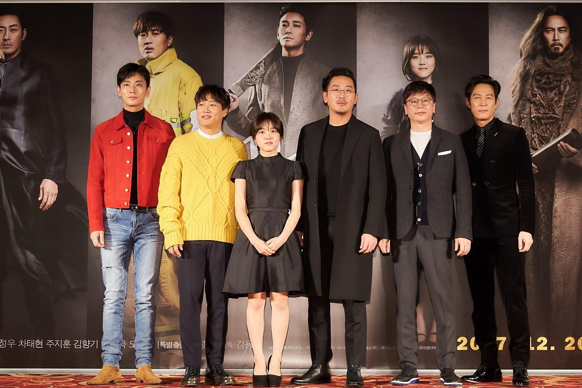 <p>南韓年度話題鉅片《與神同行》舉辦製作發表會,主要演員一字排開(左起)朱智勳、車太鉉、金香起、河正宇、導演金容華、李政宰,豪華陣容讓整個會場為之轟動。 </p>