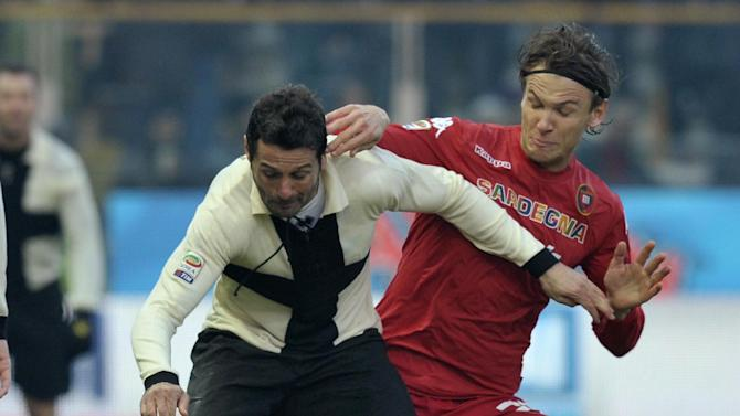 Parma's Massimo Gobbi, left, vies for the ball with Cagliari's Albin Ekdal, of Sweden, during their Serie A soccer match at Parma's Tardini stadium, Italy, Sunday, Dec. 15, 2013