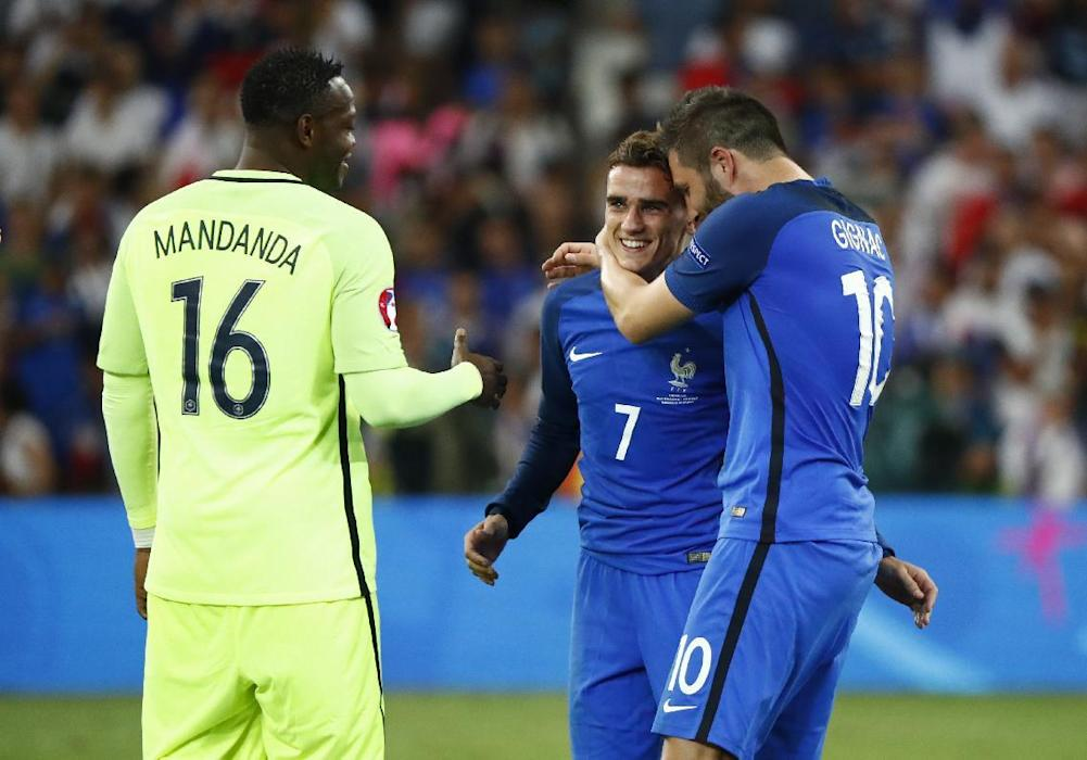 France's Steve Mandanda, Olivier Giroud and Antoine Griezmann celebrate at the end of the game