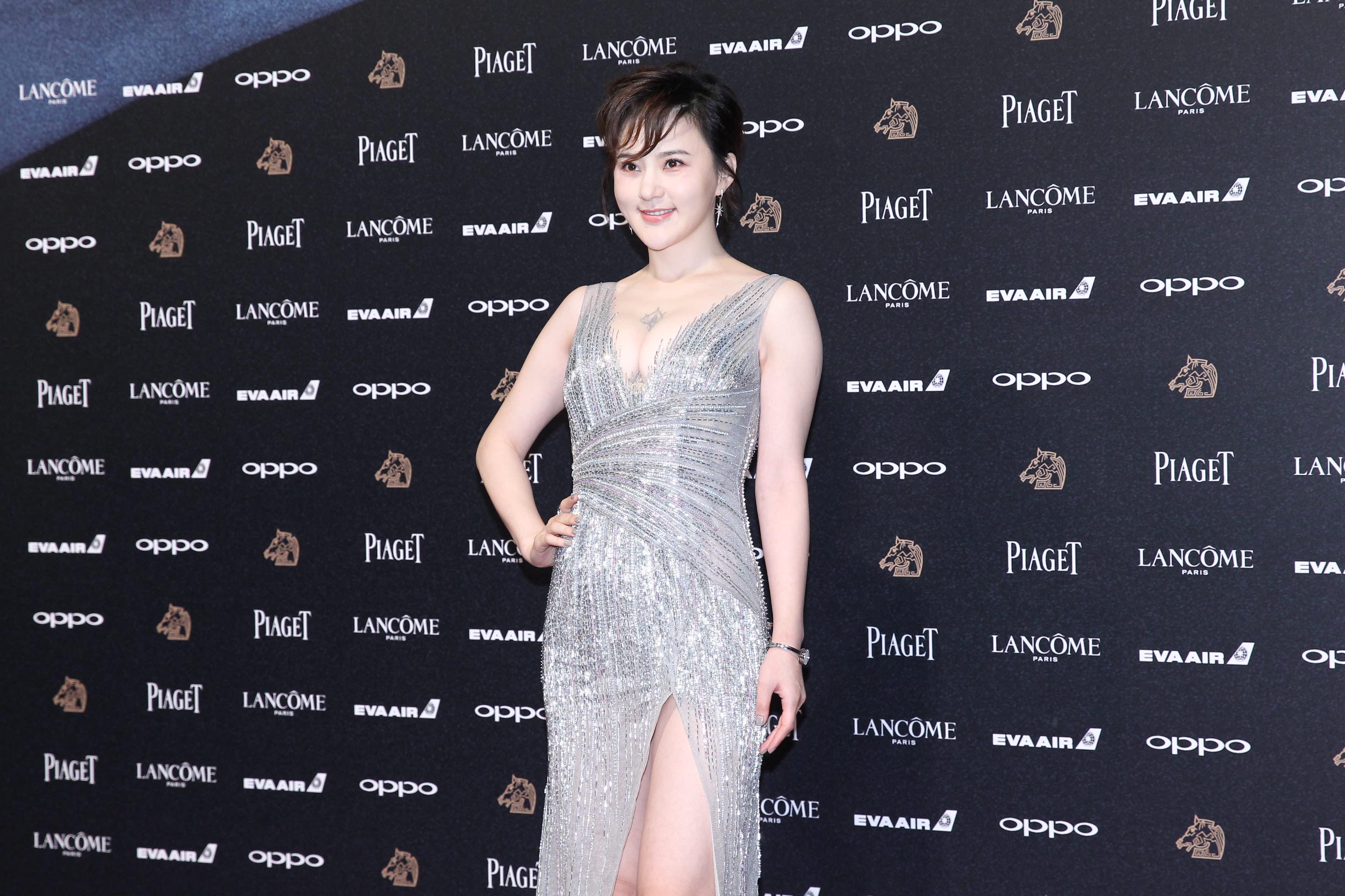 <p>《老獸》劇組女星王子子,穿上低胸銀色閃閃晚裝,更豪曬超事業線,非常引人注目(影像提供:達志影像) </p>