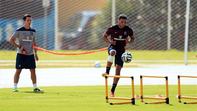 World Cup - Oxlade-Chamberlain trains with heavily strapped knee