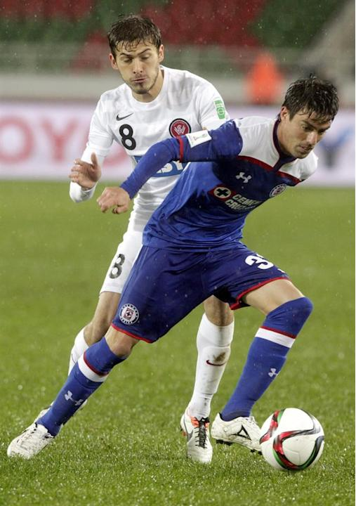 KEF01. Rebat (Morocco), 13/12/2014.- Mateo Poljak (L) of WS Wanderers FC in action against Jose Devecchi (R) of Cruz Azul during the FIFA Club World Cup 2014 quarter final soccer match, Cruz Azul vs W