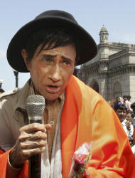 "FILE - In this Monday, Sept. 26, 2005 file photo, Bollywood actor Dev Anand speaks during the filming of his movie ""Mr. Prime Minister"" in Bombay, India. According to media reports, Anand has died of a heart attack in a London hospital Saturday, Dec. 3, 2011. He was 88. (AP Photo/Rajesh Nirgude, File)"