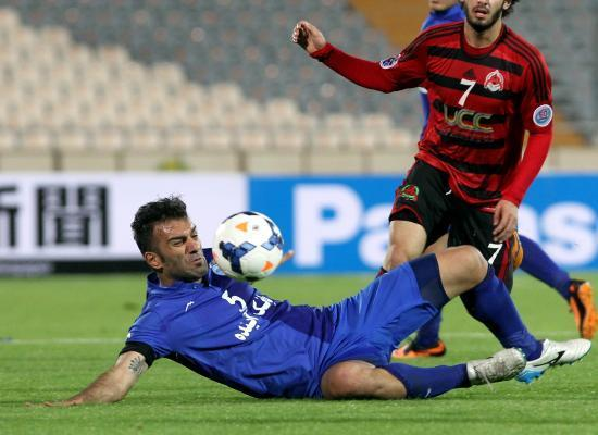 TEHRAN, April 24, 2014 (Xinhua) -- Hanif Omranzadeh (L) of Iran's Esteghlal vies for the ball against Qatar's Al-Rayyan during the AFC Champions League Group A preliminary match in Tehran, Ira