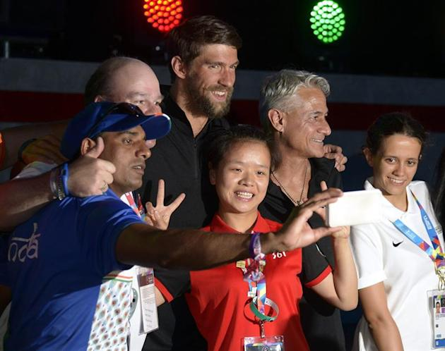 MAN21. Los Angeles (United States), 26/07/2015.- Flag bearers including US Olympians Michael Phelps (3-L) and Greg Louganis (2-R) pose for selfies during the Special Olympics Opening Ceremony at the L