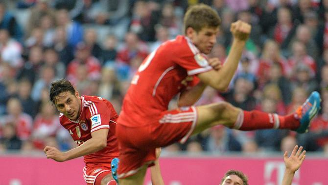 Bayern's Claudio Pizarro of Peru, left, scores during the German first division Bundesliga soccer match between FC Bayern Munich and SC Freiburg in Munich, Germany, on Saturday, Feb. 15, 2014