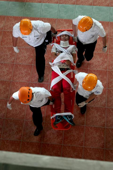 MARIKINA CITY, March 27, 2015 (Xinhua) -- Rescuers carry a mock victim during the Nationwide Simultaneous Earthquake Drill in Marikina City, the Philippines, March 27, 2015. (Xinhua/Rouelle Umali/IANS