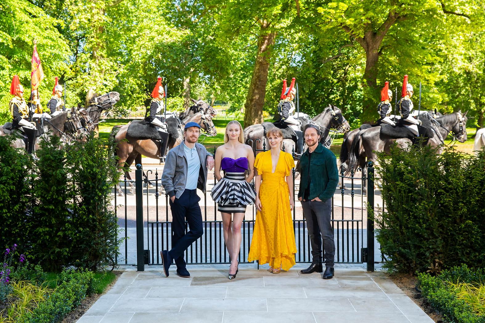 宣傳行程馬不停蹄,蘇菲特納、潔西卡崔絲坦、詹姆斯麥艾維、麥可法斯賓達繼續接力前進倫敦,《X戰警:黑鳳凰》四大巨頭在倫敦集結。眾人在倫敦文華東方酒店的花園之門聚首,背後有騎馬的女王護衛。