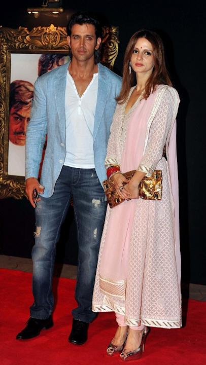 Indian Bollywood film actor Hritik Roshan (L) and his wife Suzanne pose on the red carpet at the premiere of the Hindi film 'Jab Tak Hai Jaan' in Mumbai on November 12, 2012.   AFP PHOTO