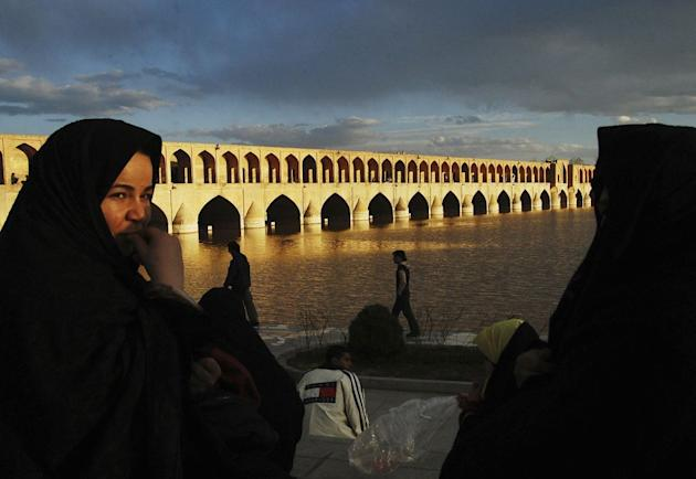 Travel Siyo-se-pol bridge in Isfahan, Iran