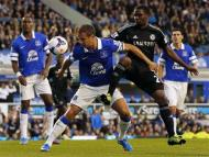 Chelsea's Samuel Eto'o (centre R) challenges Everton's Phil Jagielka during their English Premier League soccer match at Goodison Park in Liverpool, northern England September 14, 2013. REUTERS/Phil Noble