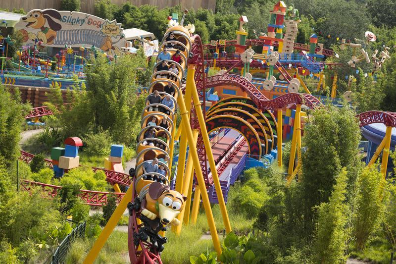 Fotografía cedida hoy, viernes 29 de junio de 2018, por Walt Disney World, donde se muestra la primera montaña rusa de Disney con un lanzamiento doble, instalada en el parque temático Toy Story Land, de Disney World, en la ciudad de Orlando, Florida (EE.UU.). EFE/Walt Disney World