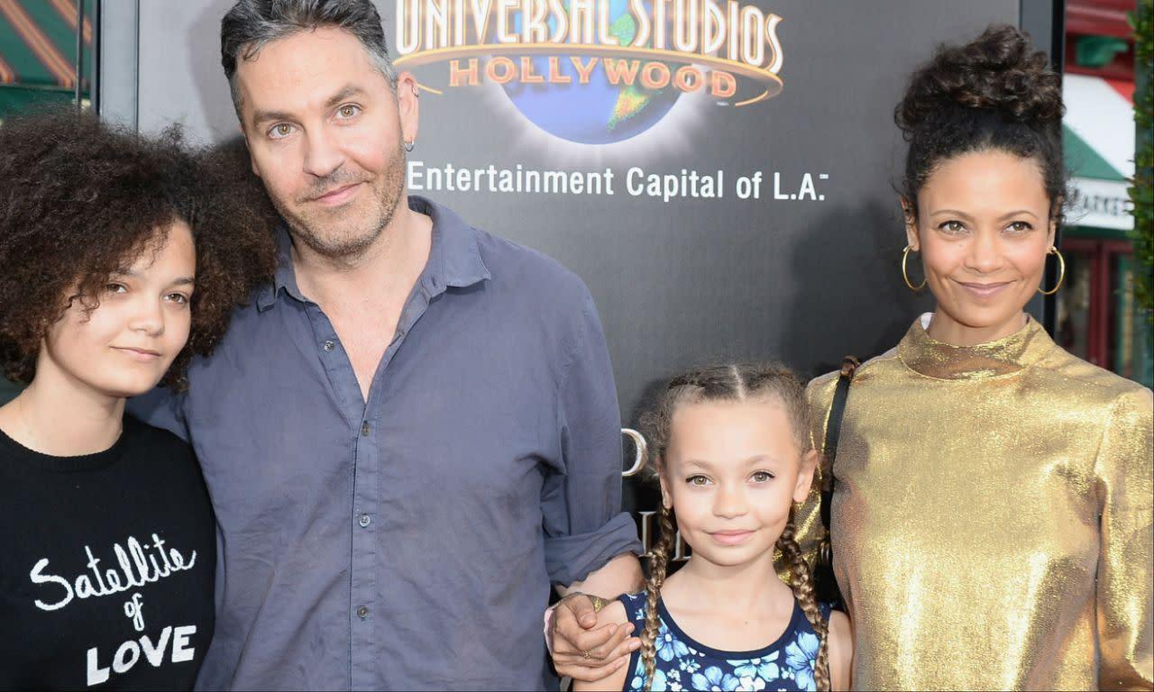 <p>十、尼可帕克(Nico Parker):身為譚蒂紐頓和製片歐帕克(Ol Parker)的十三歲女兒,尼可帕克(右二)可說是相當走運,因為她將在迪士尼真人版翻拍電影《小飛象》中獻出自己的處女秀。在這部由提姆波頓執導的電影中,柯林法洛將飾演小飛象的訓練師,而她則會飾演柯林法洛的孩子之一。這部電影要等到2019年才會上映,但在此之前,她可能還會受邀演出其他作品。 </p>