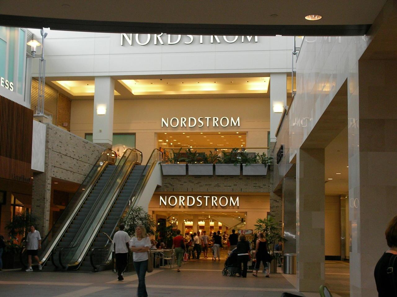 Nordstrom empezó como una tienda de calzado y ahora es una de las principales cadenas de productos de lujo en Estados Unidos. Pese a dirigirse a un público exclusivo, se puede trabajar en esta compañía sin ser graduado universitario. Tiene una nota de 3,6 en Glassdoor. (Foto: Wikimedia Commons).