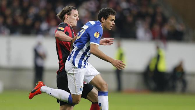 Frankfurt's Alexander Meier, left, and Porto's Carlos Eduardo challenge for the ball during a Europa League round of 32 second leg soccer match between Eintracht Frankfurt and FC Porto in Frankfurt, Germany, Thursday, Feb. 27, 2014. (AP Photo / Michael Probst)