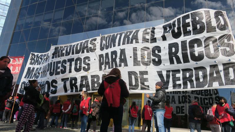 Manifestantes participan en una jornada de protesta frente a la sede local de la firma JP Morgan hoy, jueves 12 de julio de 2018, en Buenos Aires (Argentina). EFE