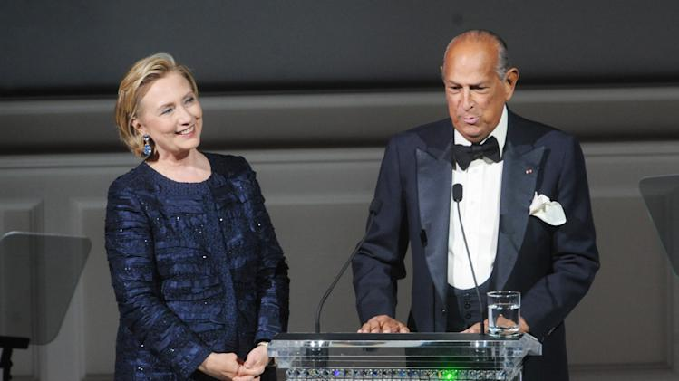 Designer Oscar de la Renta, right, speaks on stage next to former Secretary of State Hillary Rodham Clinton during the 2013 CFDA Fashion Awards at Alice Tully Hall on Monday, June 3, 2013 in New York. (Photo by Brad Barket/Invision/AP)