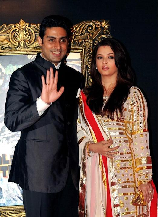 Indian Bollywood film actors Abhishek Bachchan (L) and his wife Aishwarya Rai pose on the red carpet at the premiere of the Hindi film 'Jab Tak Hai Jaan' in Mumbai on November 12, 2012.   AFP PHOTO