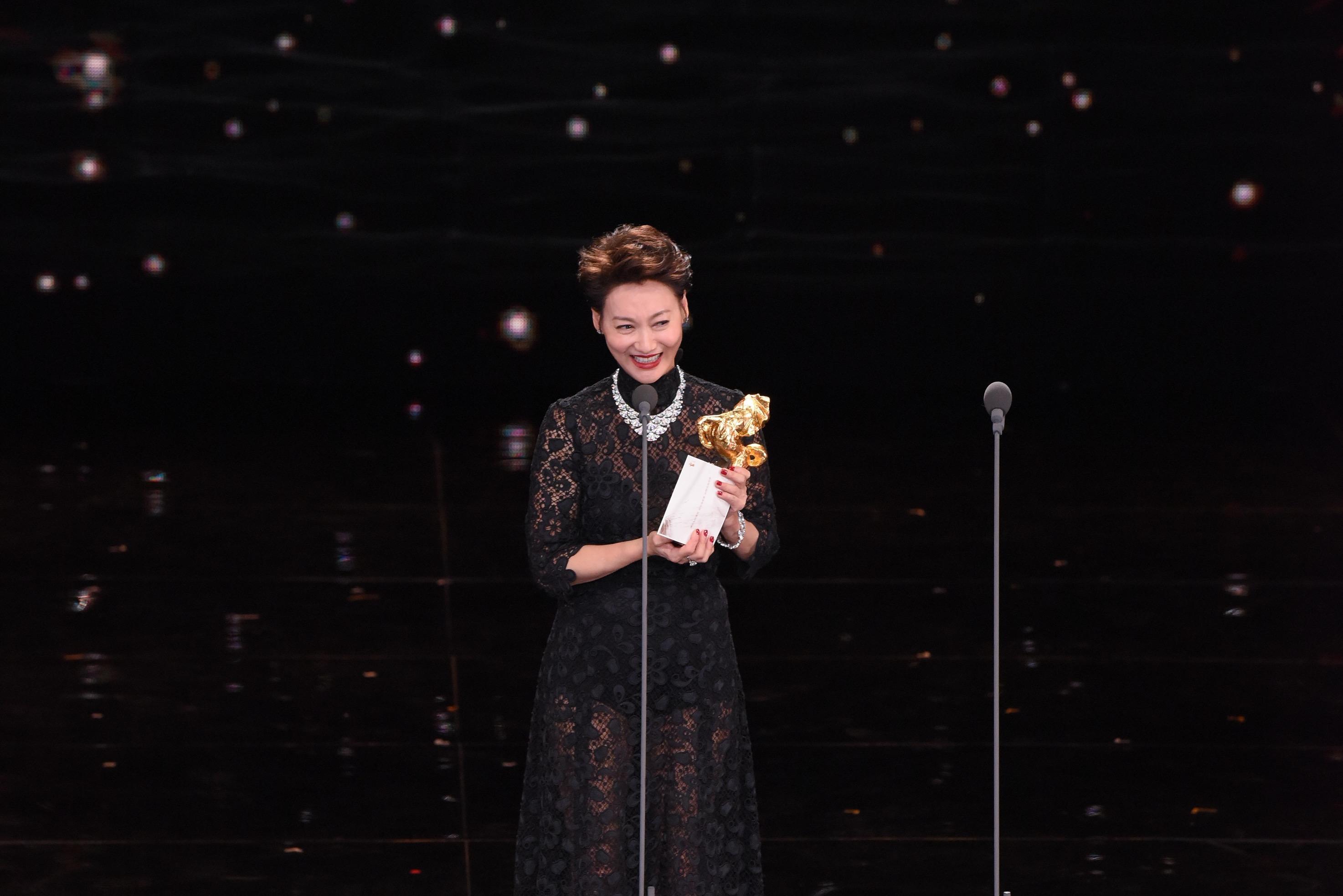 <p>第54屆金馬影后為《血觀音》惠英紅,她上台領獎時淚崩表示:「感謝導演被我騙了!」(影像:金馬執委會提供) </p>