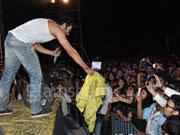 RANGREZZ Jackyy Bhagnani gives expensive jacket to fan