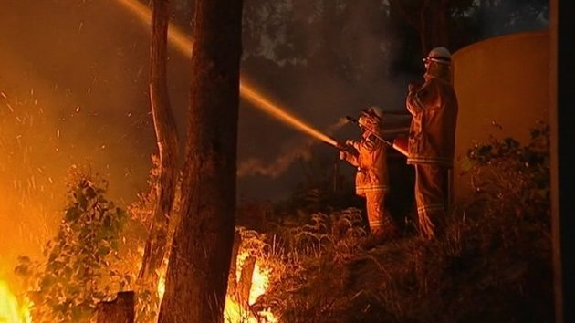 A tense and tiring weekend lies ahead for Australian fire-fighters as a heat wave grips parts of the country.