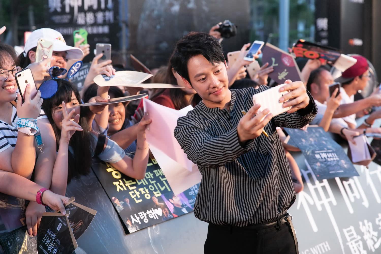 <p>在台灣擁有超高人氣的眾星,一下禮車就掀起全場高分貝尖叫,伴隨九天民俗技藝團的震撼鼓陣,展現出所向披靡的雄偉氣勢。 </p>