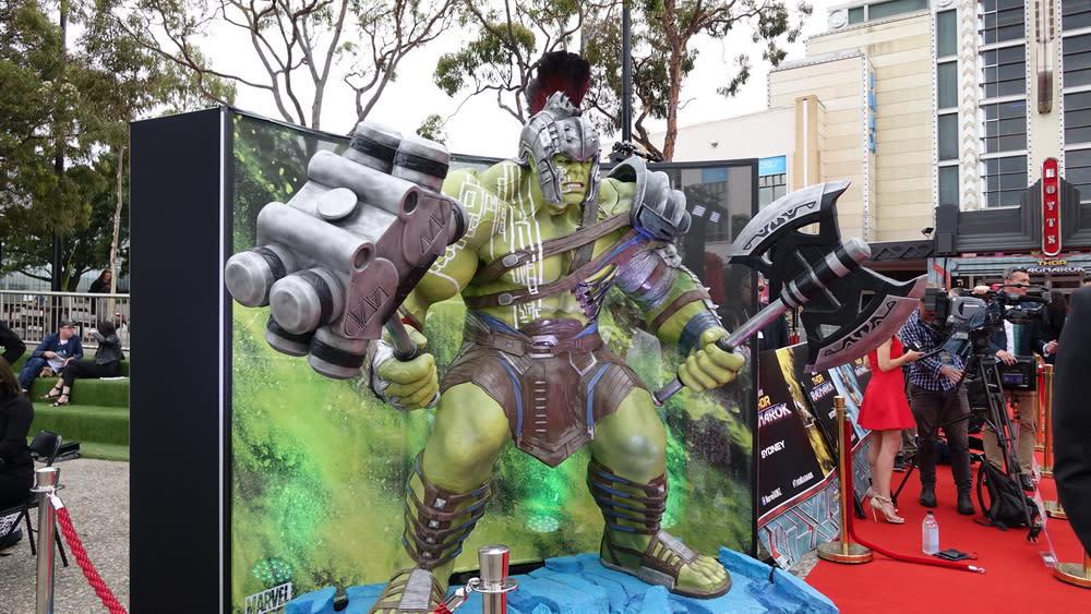 <p>電影有部份元素取自漫畫「浩克星球」,因此浩克在片中也戴起了頭盔,雙手拿起了斧頭和巨鎚,儼然便是一副羅馬角鬥士的扮相。 </p>