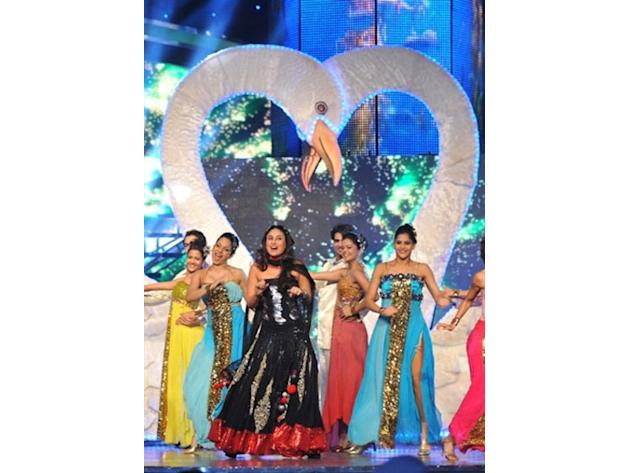 Indian bollywood actress Kareena Kapoor (c,in Black) dances at the Sahara Indian sports awards in Mumbai on October 31, 2010 after Indian cricketer Sachin Tendulkar was awarded the male Cricketer of t
