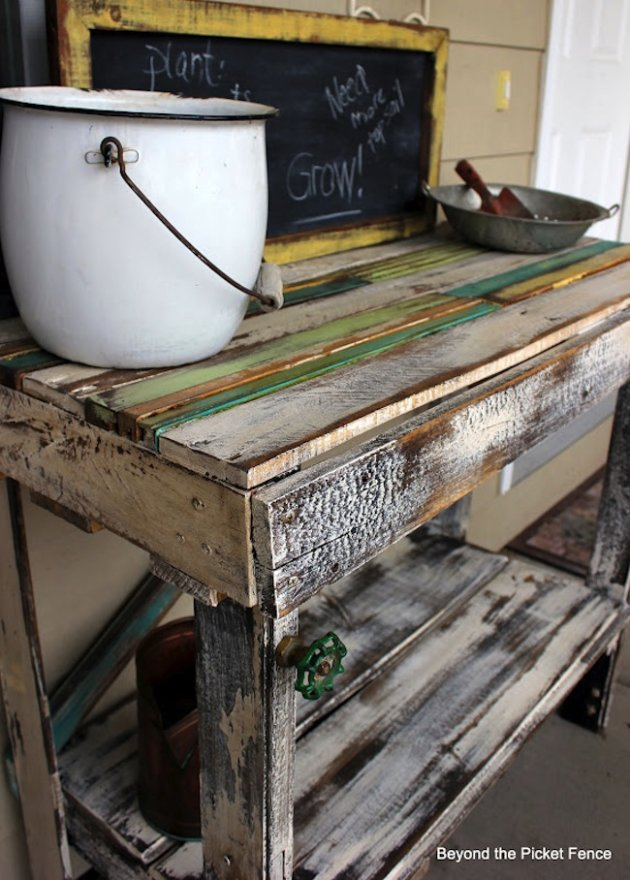 Diy pallet potting bench yahoo news for Building a bench from pallets