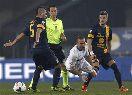 Inter Milan's Palacio fights for the ball with Hellas Verona's Donati and Sala during their Italian Serie A soccer match in Verona