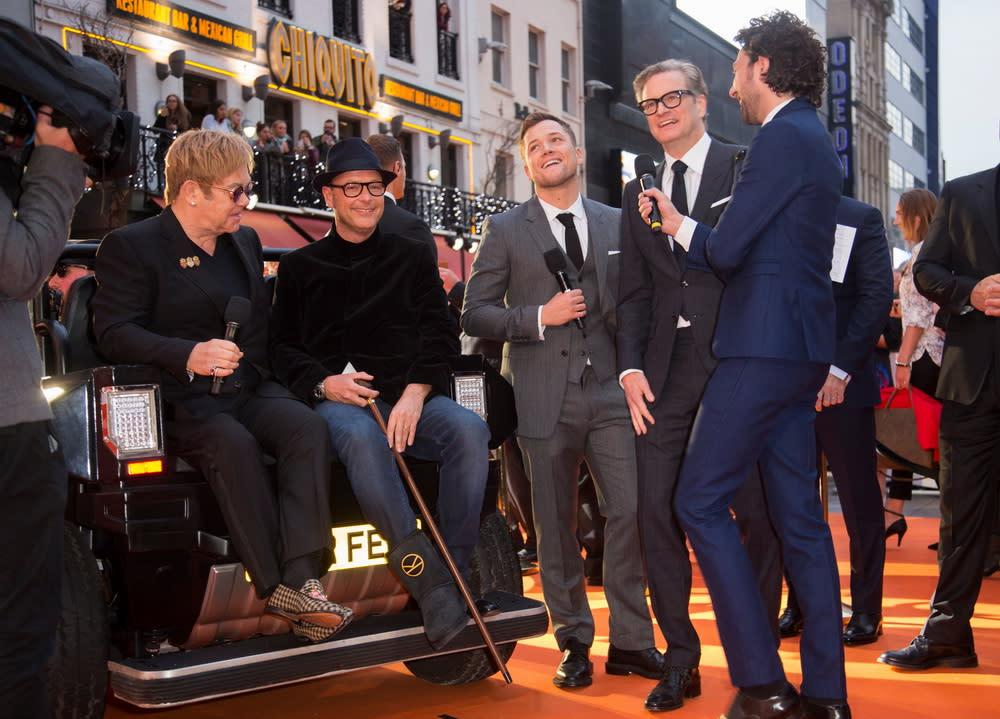 <p>導演馬修范恩在首映之前腳部受傷,只好拄著拐杖,搭車登場。 </p>