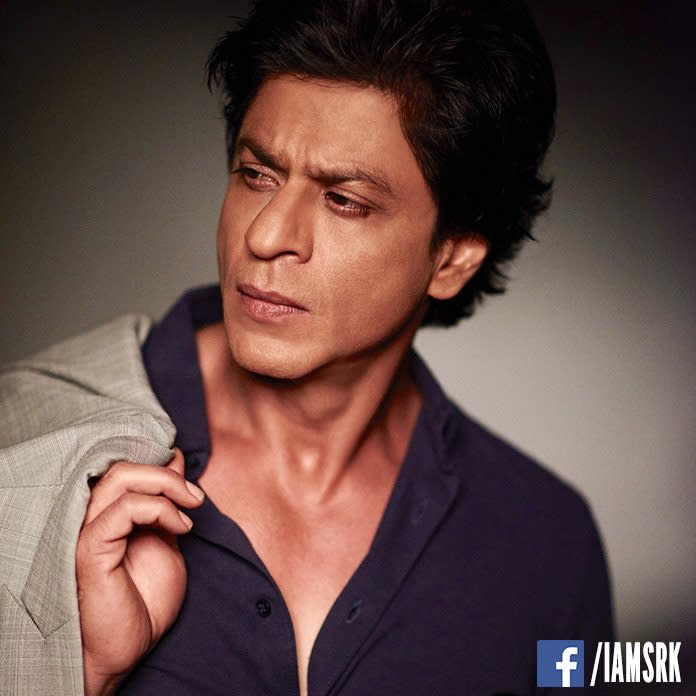 <p>五、《沙魯克罕之終極粉絲》沙魯克罕:擁有「寶萊塢之王」封號的印度男星沙魯克罕,在《沙魯克罕之終極粉絲》中不僅挑戰一人分飾兩角,有趣的是,這兩個角色還是他自己與一位瘋狂愛慕他的粉絲。在演出自己之餘,也試著揣摩粉絲心理的設定著實有趣,片中多句對話也讓人好奇,究竟是沙魯克罕在跟自己喊話,還是沙魯克罕在跟粉絲喊話?這種一人分飾兩角的精彩設定,再加上沙魯克罕強烈的反差演出,在一人分飾兩角的電影中,稱得上是少數充滿驚奇的安排!(照片出處:沙魯克罕國際臉書) </p>