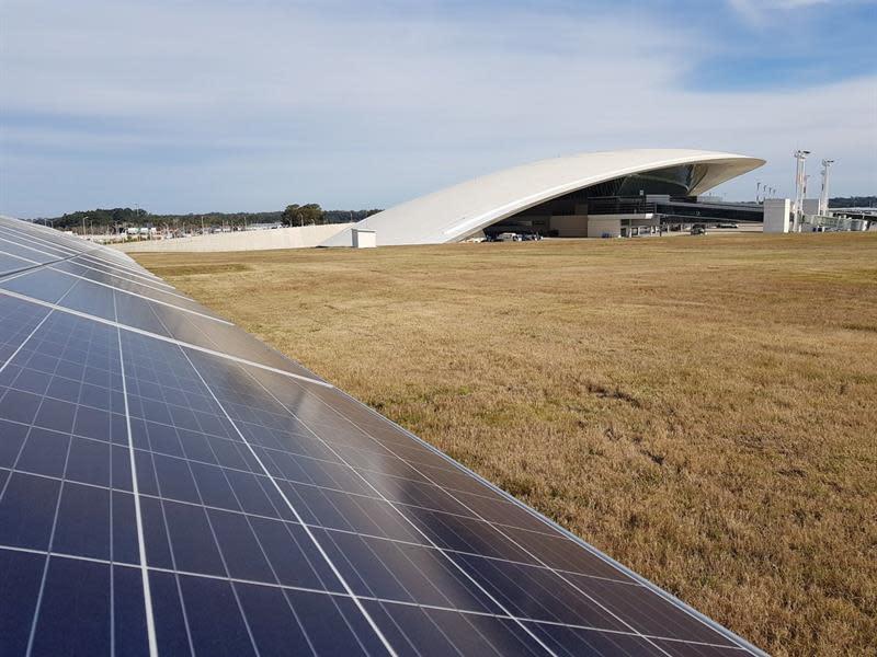 Fotografía cedida este martes por el Ministerio de Industria, Energía y Minería de Uruguay en la que se registraron los paneles de generación solar fotovoltaica frente al Aeropuerto de Carrasco, en Montevideo (Uruguay). EFE