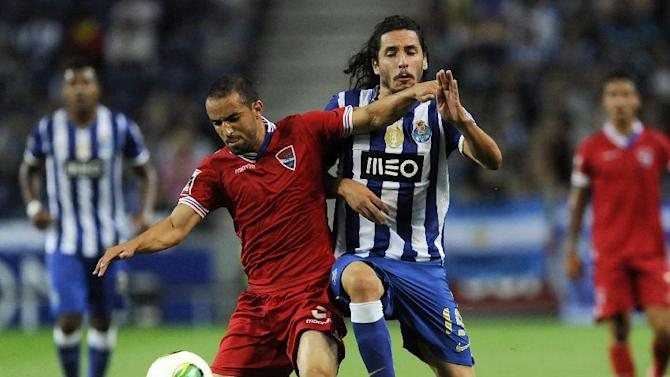 "FC Porto's Luis ""Lica"" Carneiro, right, challenges Gil Vicente's Gabriel Moura, from Brazil in a Portuguese League soccer match at the Dragao stadium in Porto, Portugal, Saturday Sept. 14, 2013"