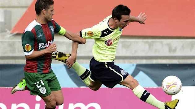 Newcastle's French midfielder Romain Amalfitano (R) fights for the ball with Maritimo defender Briguel Sousa (L) on September 20, 2012 (AFP)