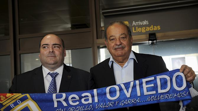 Helu and Caunedo hold a Real Oviedo scarf at airport of Ranon, in Asturias