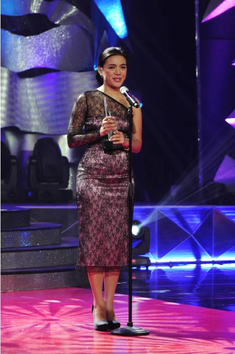 "Vicky Morales receives the ""Best Female Newscaster"" award during the 26th Star Awards for TV held at the Henry Lee Irwin Theater in Ateneo De Manila University on 18 November 2012. (Angela Galia/NPPA"