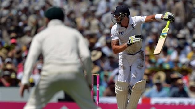 England batsman Kevin Pietersen (R) looks back as Australia's Shane Watson (not seen) takes a catch (AFP)