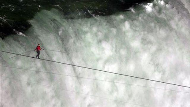 Daredevil walks tightrope across Niagara Falls