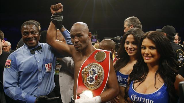 Boxing - Old master Hopkins unifies light-heavyweight titles