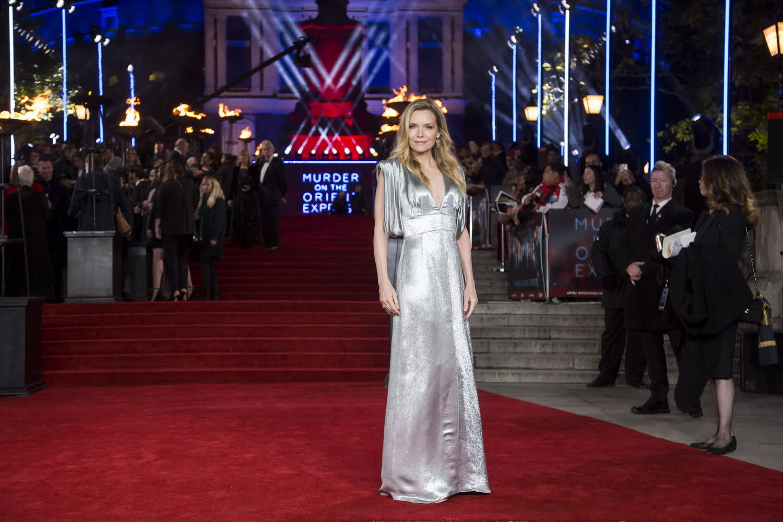 <p>穿上一襲豔光四射的Prada銀色深V禮服,蜜雪兒菲佛一現身便震懾全場。 </p>